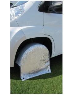 Der Schutz deckt die Räder des Wohnwagens ab